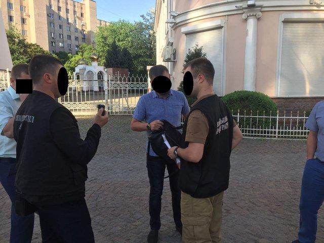«Требовал от двух граждан 5 тыс. долларов…»: В Одесской области задержали следователя