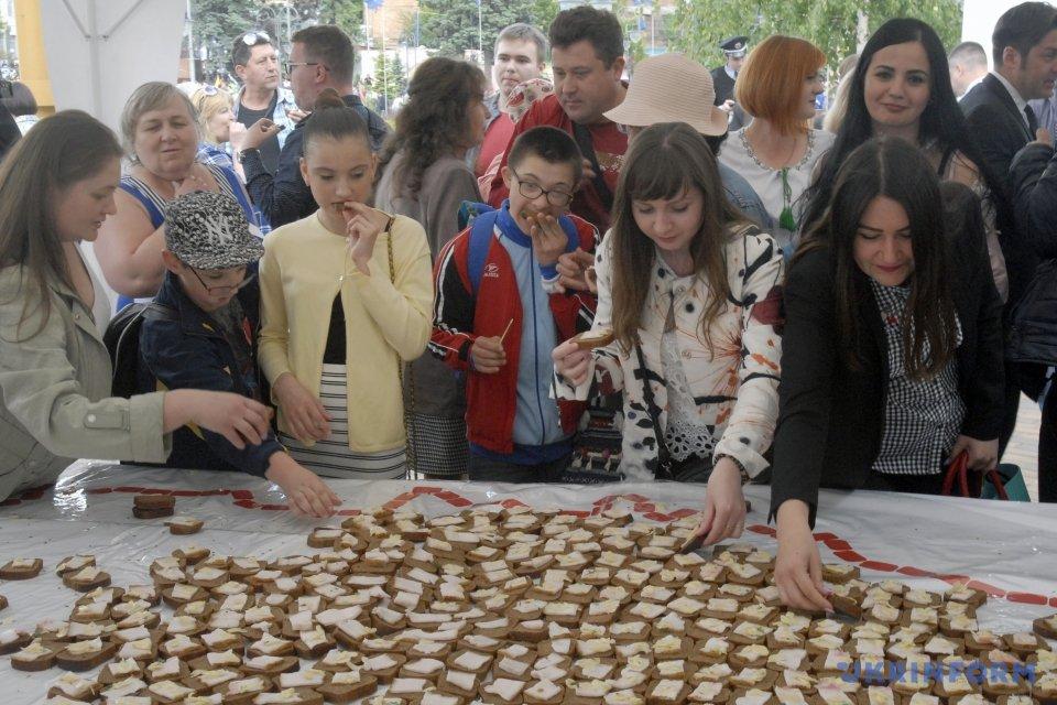 «60 кг хлеба, 20 килограммов сала…»: Украинцев потрясла 5-ти метровая съедобная карта Винницы (ФОТО)