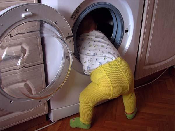 «Пошла развешивать белье, а в это время …»: Полуторагодовалая девочка утонула в стиральной машинке