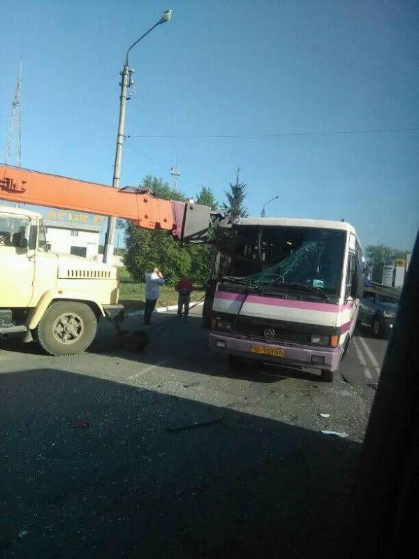 «Накололо как на шампуре» … Грузовой кран насквозь проткнул рейсовый автобус