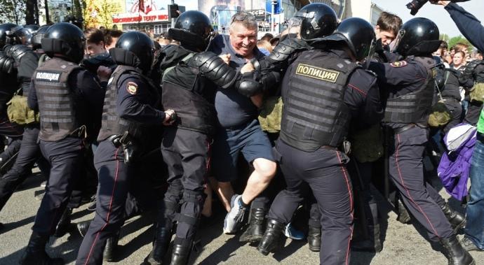 «Людей били головой о бетонные плиты и били дубинками»: В России жестоко расправляются с митингующими. Уже тысячи задержанных