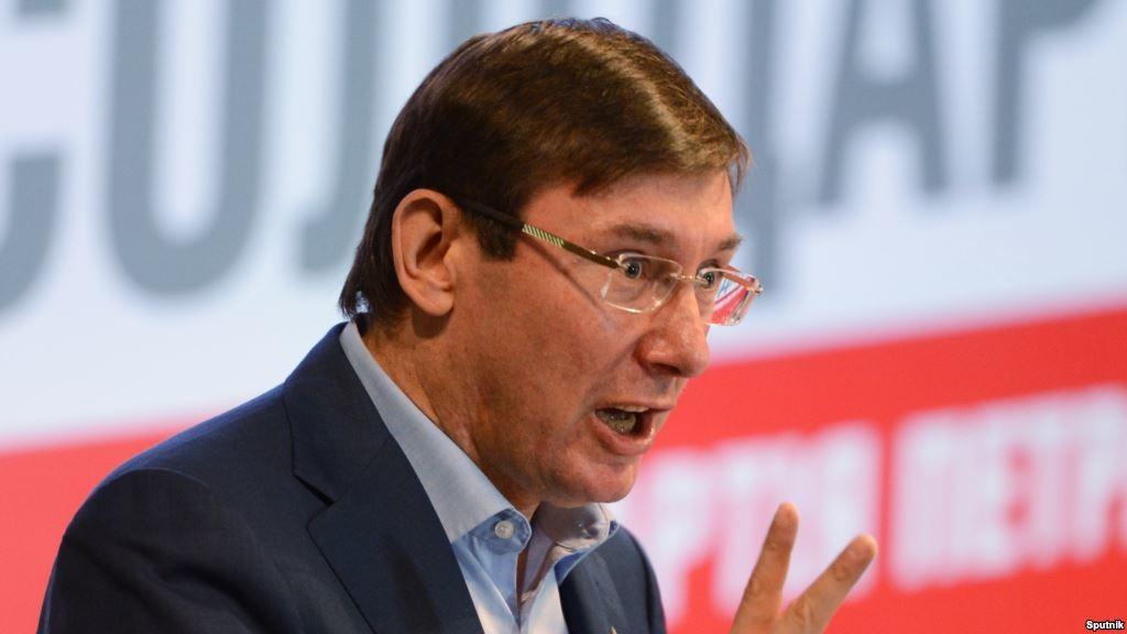 «Нет юридического образования…»: Луценко хотят лишить кресла генпрокурора