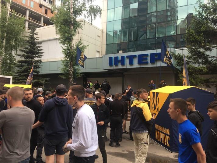 «У «Интера» осталось 6 часов…»: Националисты, которые устроили пикет перед телеканалом, сделали громкое заявление