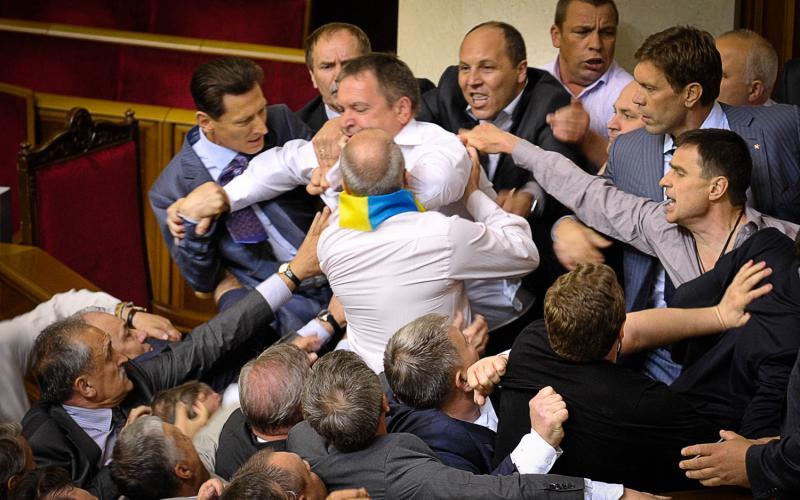 «Все видели, как на меня со спины напал …»: Депутаты откровенно рассказали о драках в Верховной Раде