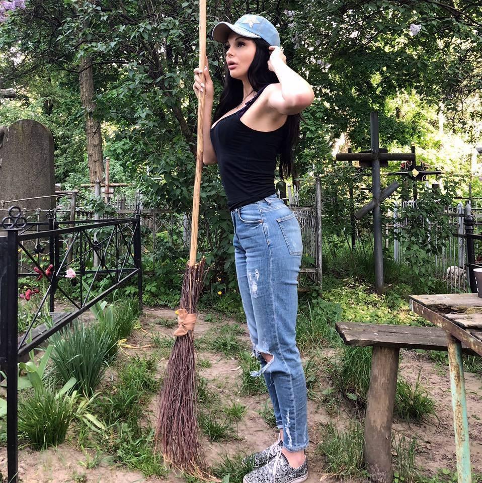 «С кладбища в Раду»: Скандальная помощница нардепа оказалась «черной ведьмой»