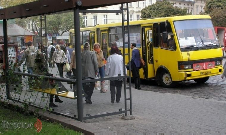 При загадочных обстоятельствах во львовской маршрутке умер человек