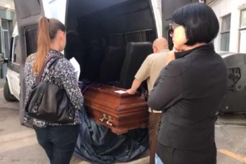 «Женщины кричали в истерике и не могли понять что происходит …»: Погибших моряков привезли в Украину. Мужчин будут хоронить в закрытых гробах (Видео 18+)