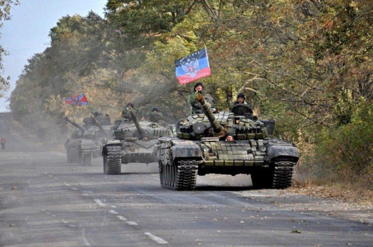 Танки ездят прямо по улицам города: Донецк и Луганск заполнили военной техникой
