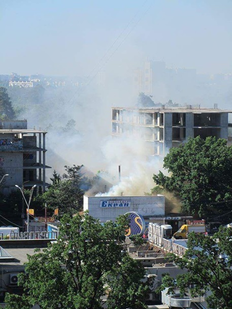 В дыму все несколько улицы: В Киеве горит кинотеатр Экран
