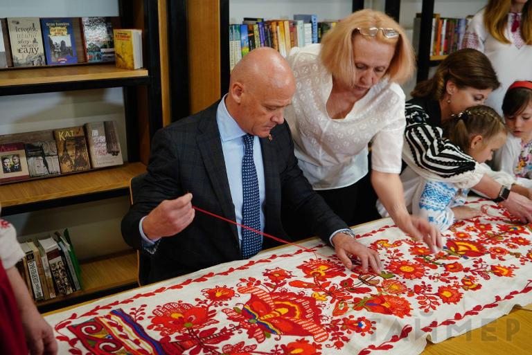 Пока НАБУ устраивает у него обыски…: Труханов под присмотром жены Порошенко вышивал полотенце