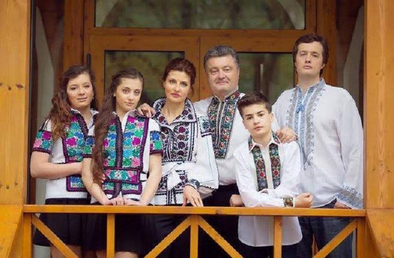 «Прощай школа…»: В Сеть просочились фотографии дочерей Порошенко с выпускного. Только посмотрите на этих близняшек