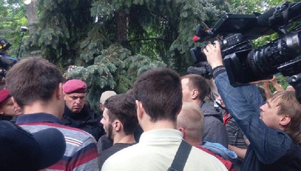«Шуфрича и Новинского на нары!»: Охране пришлось спасать нардепов от разъяренных украинцев, которые чуть не побили политиков
