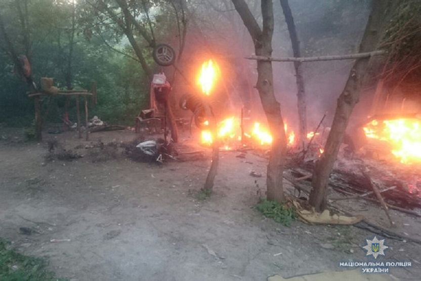 «Там находилось 33 ребенка..»: В Украине сожгли еще один табор ромов