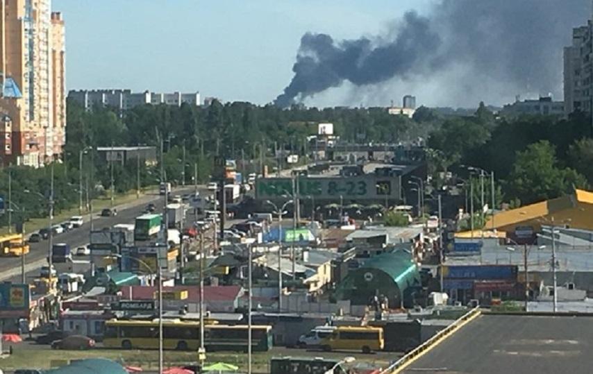Под Киевом страшный пожар: Пожарные до сих пор пытаются погасить огонь