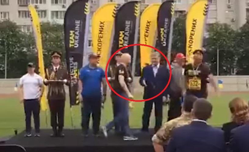 «Пытался дважды пожать ему руку…»: Украинский спортсмен публично унизил Порошенко