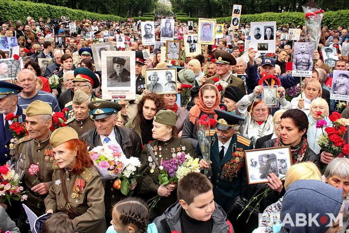 Столкновения и задержания: Неизвестные напали на участников акции «Бессмертный полк»