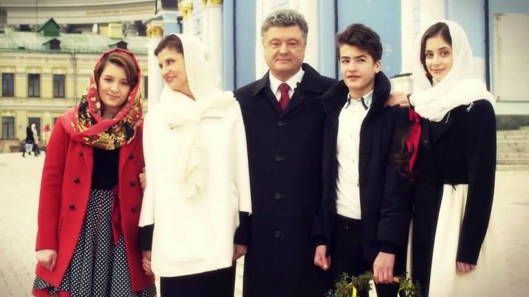 «Не каждому по карману»: Порошенко показал жену и дочерей в невероятных вышиванках и поздравил украинцев с праздником