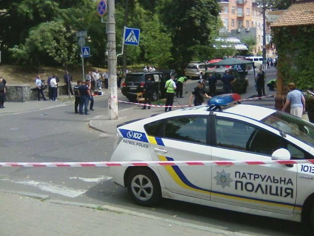 Предупреждением от конкурентов: В Киеве расстреляли авто известного бизнесмена