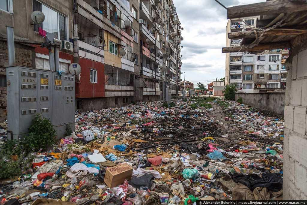 «Выбили окна, сдали все на металл, а сейчас утопают в мусоре»: В сети появились жуткие кадры части города, которую цыгане превратили в гетто