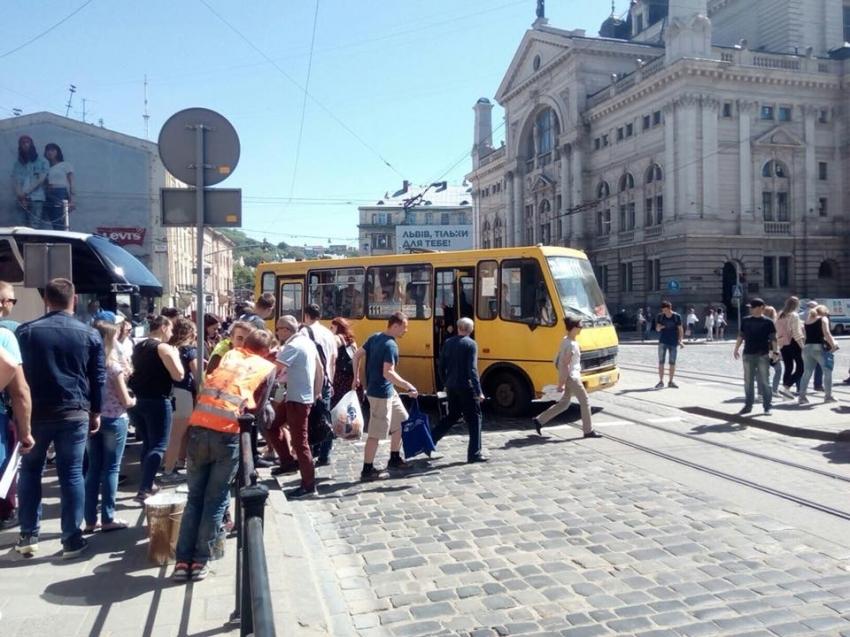 «Переходила дорогу на зеленый»: Во Львове маршрутка сбила девушку