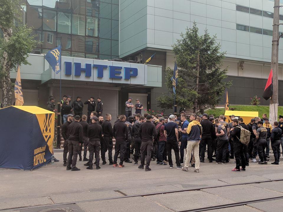 «Просто, на*уй, сжечь нельзя»: В столице активисты заблокировали студию «Интер»