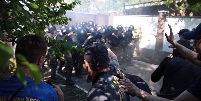 Полицейские начали без разбора бить всех дубинками: Возле дома Левочкина избили журналиста