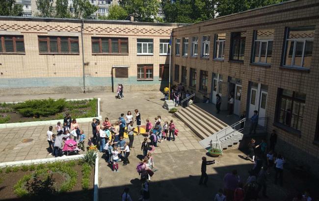 «В школе распылили неизвестное вещество»: Эвакуированы около 400 учеников