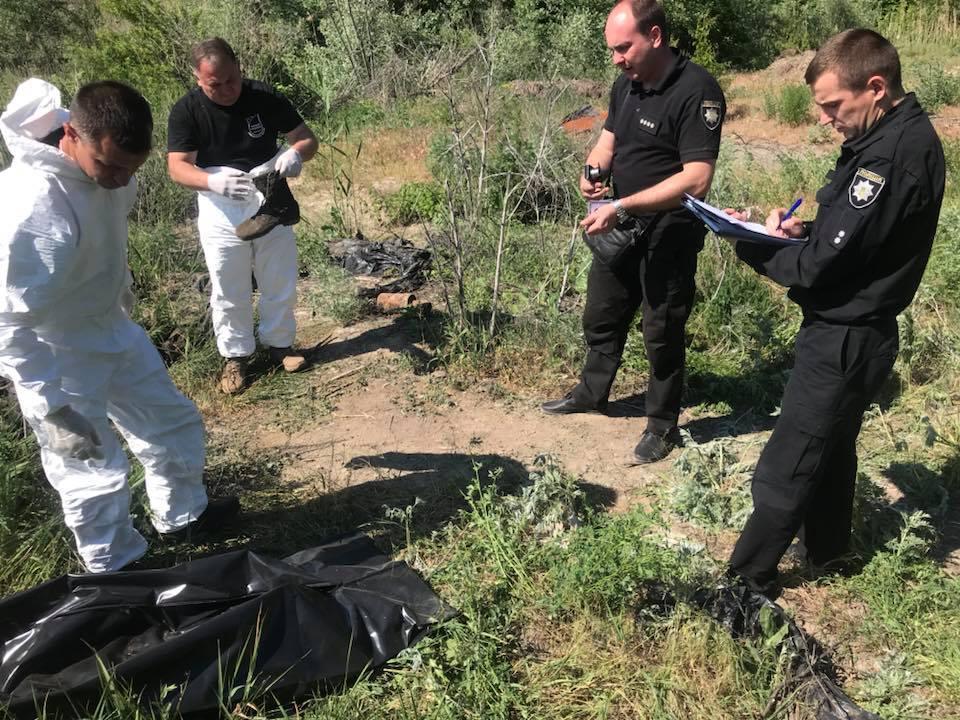 «Это нужно не закопать, а похоронить»: Активисты раскопали личные вещи бойцов, погибших в Иловайскому котле