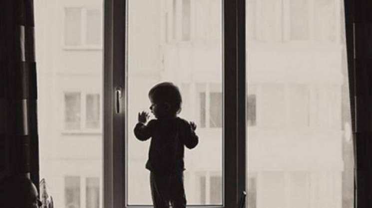 «Оставила его на балконе, а сама вышла в магазин»: Из окна выпала полуторагодовалый ребенок