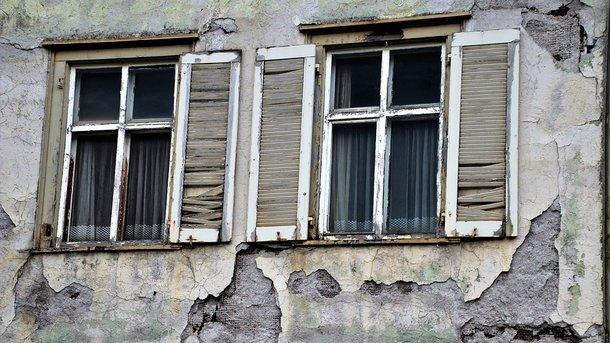В Одессе на девушку упал кусок фасада дома
