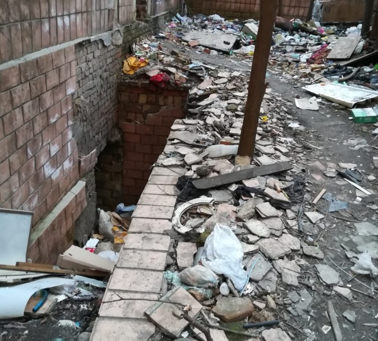 «Разрушили здание, сожгли и вынесли все ценное, а вокруг…»: То, что сделали бездомные в одном из дворов Киева шокировало Сеть