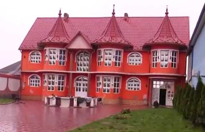 «Дорогие портьеры, мраморные лестницы и мебель …»: В Сети показали роскошную жизнь цыган в Закарпатье