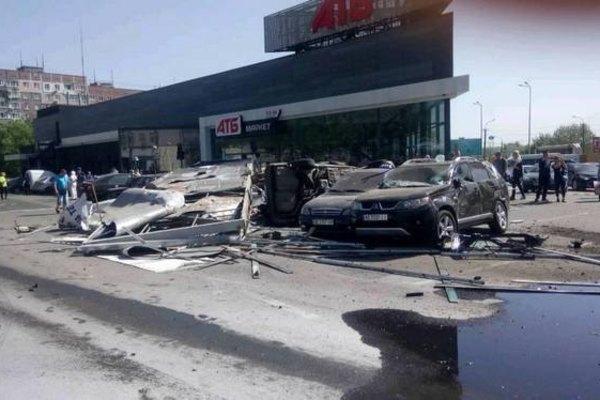 «На большой скорости сносила все на своем пути»: Момент смертельного ДТП с грузовиком в Днепре попал на видео