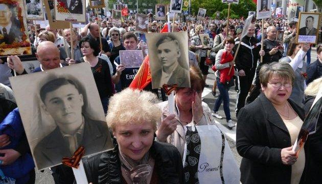 «Гаснут свечи, закончен бал»: В Сети показали, что россияне сделали с фотографиями воинов «Бессмертного полка»
