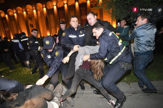 Бунт, драки с полицией и массовый разгон активистов: Что стало причиной беспорядков в столице Грузии