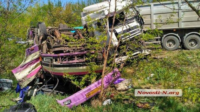 «Вылетел на обочину, а грузовик вынесло на встречную …» В масштабном ДТП под Николаевом пострадало много людей