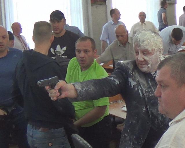 «На сессию пришли активисты»: Депутат устроил стрельбу на заседании городского совета