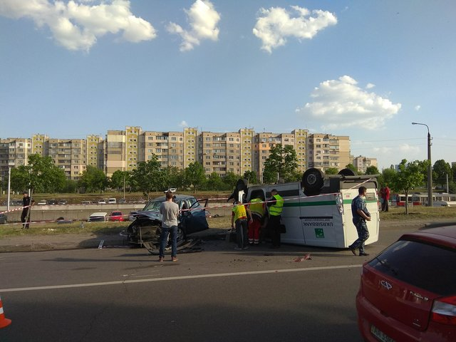 «Запчасти разбросало по дороге»: Инкассаторский автомобиль известного банка попал в серьезное ДТП
