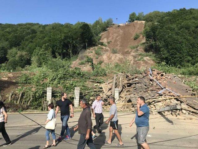 «Разрушил несколько домов и…»: На Закарпатье произошел огромный оползень