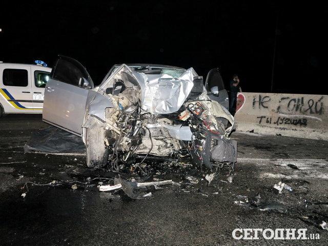 На бешеной скорости врезался в бетонную стену: горе-водитель погиб в страшном ДТП