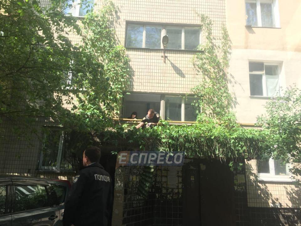 «Услышали скрежет металла и крик»: Под окнами многоэтажки нашли тело женщины