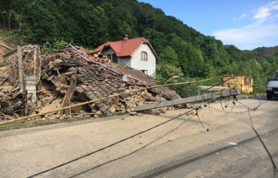 В Закарпатье сильный оползень разрушил дома и электроопоры