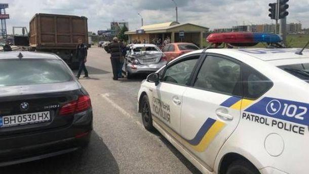 «Пожертвовал собственным авто»: Мужчина спас женщину с младенцем из-под колес КамАЗа