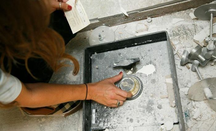 «Выкопали во дворе сейф с тысячами долларов и драгоценностями»: То, что семья сделала с сокровищами поразило соседей