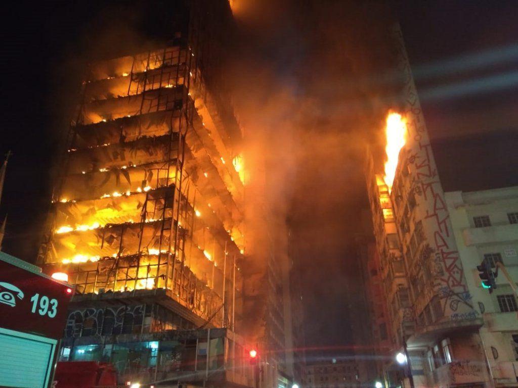 Люди выпрыгивали из окон и кричали о помощи: Пожар охватил дом. Многоэтажка обвалилась вместе с людьми
