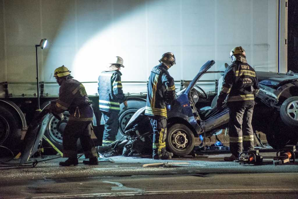 «Чтобы извлечь тело, вызвали спецотряд»: В столице авто влетело под фуру, погибла молодая девушка