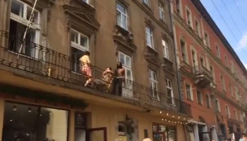 «В одном споднем»: Полуголые туристы с танцами на балконе в центре города возмутили львовян