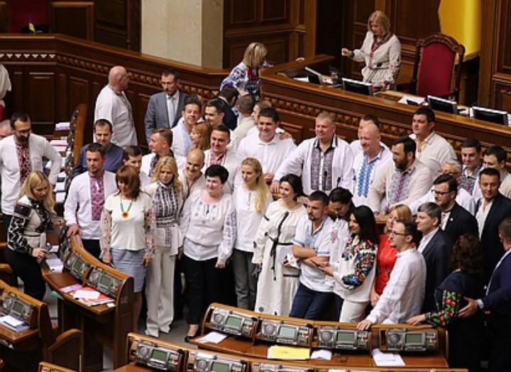 «А платье на вырост брала?»: Как Ирина Луценко и другие депутаты День вышиванки праздновали