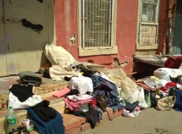 Собрали все пожитки и выбросили ее на улицу: Соседи наглым способом отобрали у женщины квартиру