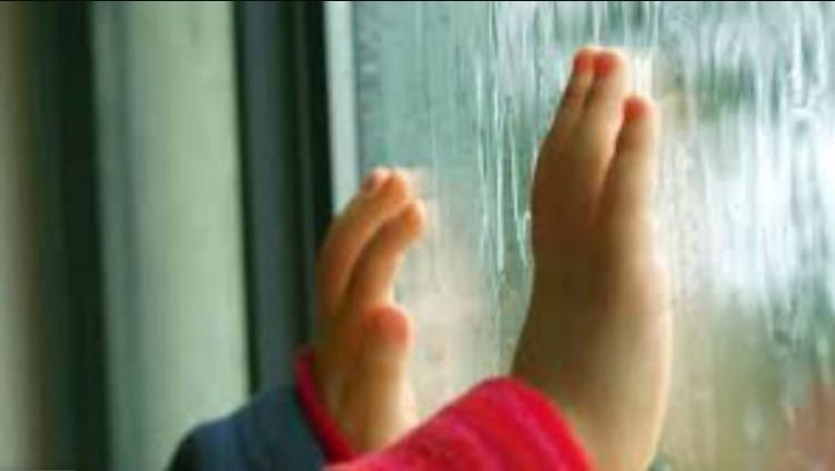 Оставила ее дома одну, а сама пошла подметать двор: 3-летний ребенок выпал с 5-го этажа